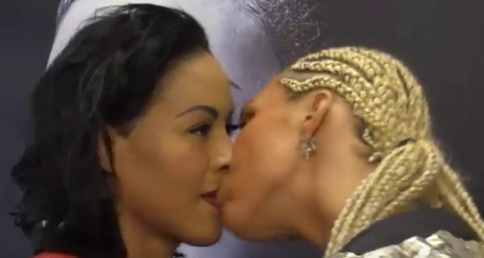 Чемпионка по боксу нокаутировала поцеловавшую ее соперницу.