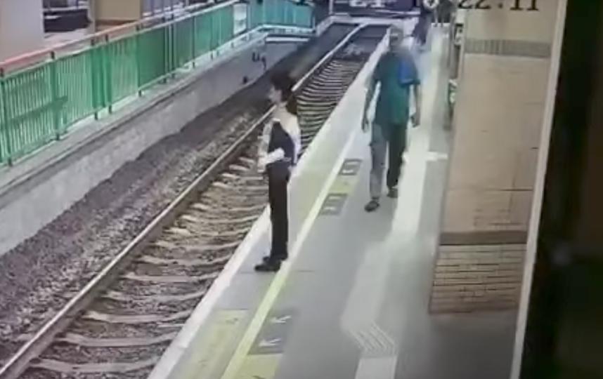 В Гонконге мужчина столкнул уборщицу на железнодорожные пути. Фото Muslim Council of Hong Kong, Скриншот Youtube