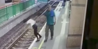 В Гонконге мужчина столкнул уборщицу на железнодорожные пути и ушёл – видео