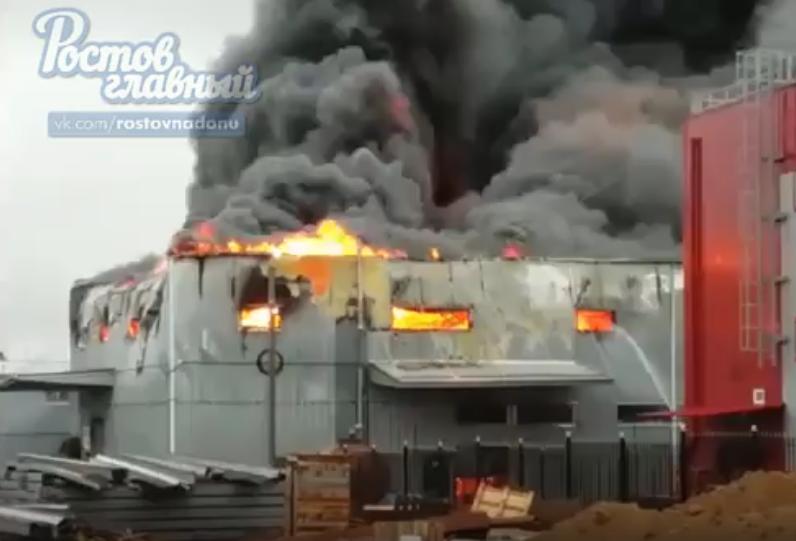 """В Ростове-на-Дону загорелся крупный рынок """"Атлант""""."""