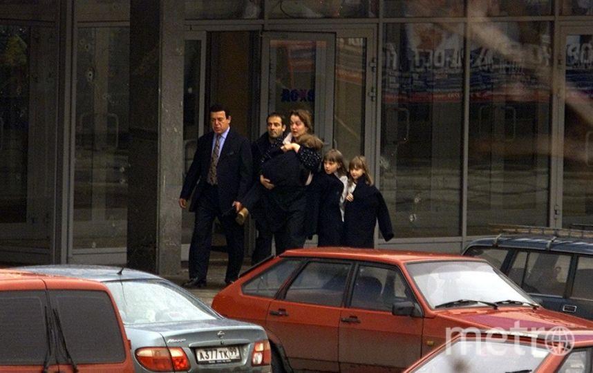 Иосиф Кобзон вместе с врачами и политиками заходил в Театральный центр. Фото Getty