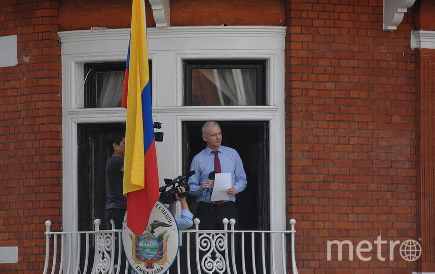 Джулиан Ассанж на балконе эквадорского посольства. Фото Wikipedia/Snapperjack