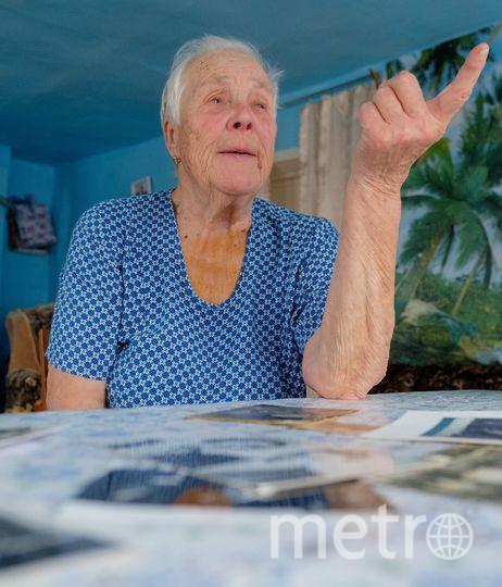 """Руфина Петровна каждый год 7 ноября приносит цветы к памятнику Ленину в Шушенском. Её бабушка Екатерина (на верхнем фото – вторая слева) была девушкой, когда Владимир Ульянов и Надежда Крупская жили в их доме. Фото """"Metro"""""""