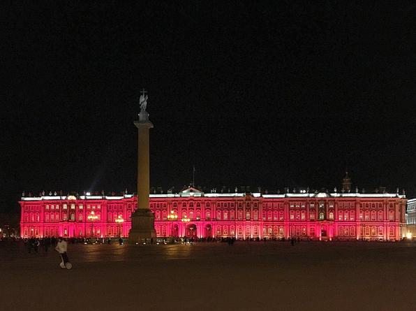 Зимний дворец подсветили красным: Самые яркие фото и видео события. Фото Скриншот Instagram: hermitage_museum