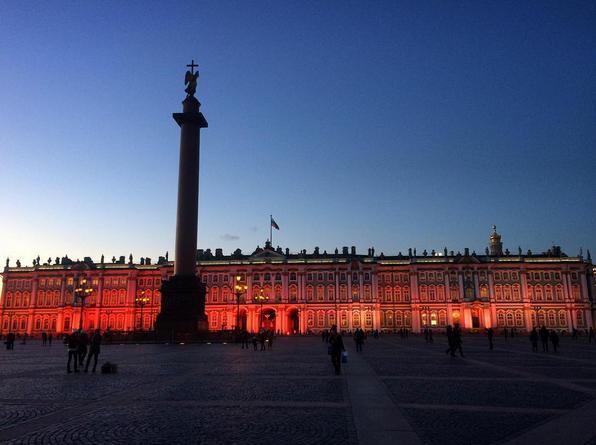 Зимний дворец подсветили красным: Самые яркие фото и видео события. Фото Скриншот Instagram: yangel_z