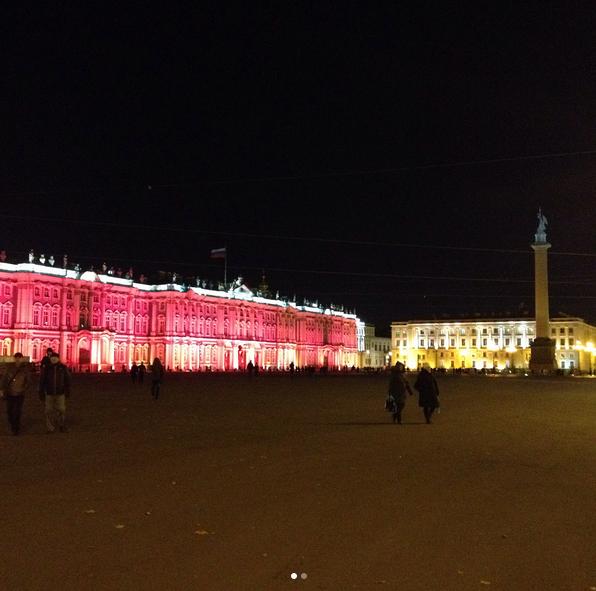 Зимний дворец подсветили красным: Самые яркие фото и видео события. Фото Скриншот Instagram: eli_v_sem