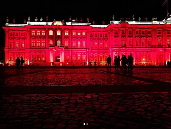 Зимний дворец подсветили красным: Самые яркие фото и видео события. Фото Скриншот Instagram: natyantonova