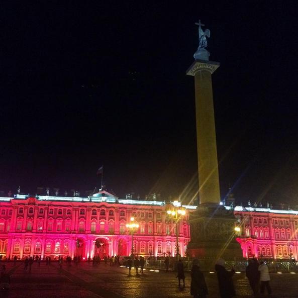 Зимний дворец подсветили красным: Самые яркие фото и видео события. Фото Скриншот Instagram: olia__p