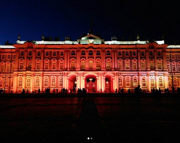 Зимний дворец подсветили красным: Самые яркие фото и видео события. Фото Скриншот Instagram: zhenya_zam