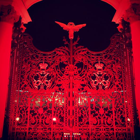 Зимний дворец подсветили красным: Самые яркие фото и видео события. Фото Скриншот Instagram: goodwin45