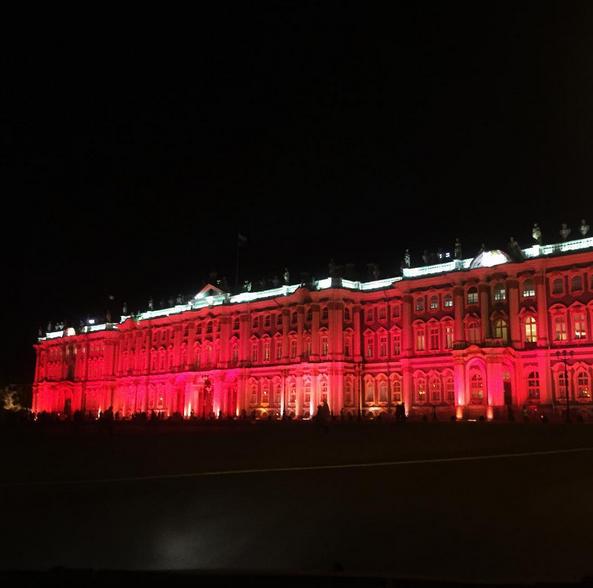 Зимний дворец подсветили красным: Самые яркие фото и видео события. Фото Скриншот Instagram: elena_hawk
