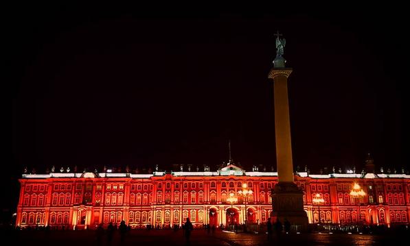 Зимний дворец подсветили красным: Самые яркие фото и видео события. Фото Скриншот Instagram: natasha_cheeze
