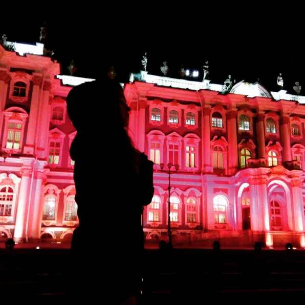 Зимний дворец подсветили красным: Самые яркие фото и видео события. Фото Скриншот Instagram: ohh_kirillna
