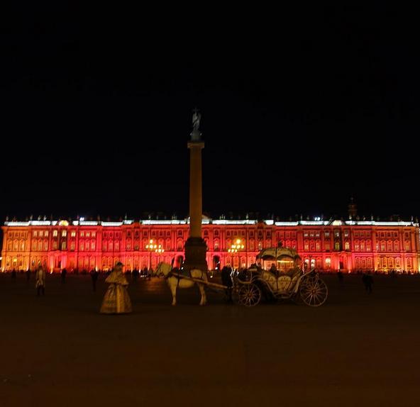 Зимний дворец подсветили красным: Самые яркие фото и видео события. Фото Скриншот Instagram: irina9691