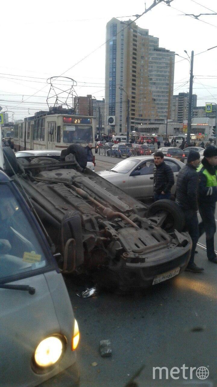 Двойное ДТП с перевертышем в Петербурге: водитель выпал из окна.