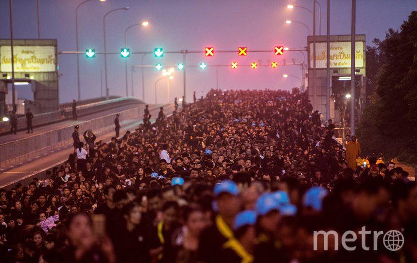 В день кремации в Бангкок устремились тысячи тайцев. Фото AFP