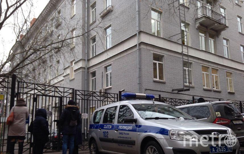 Полиция у здания колледжа. Фото Василий Кузьмичёнок