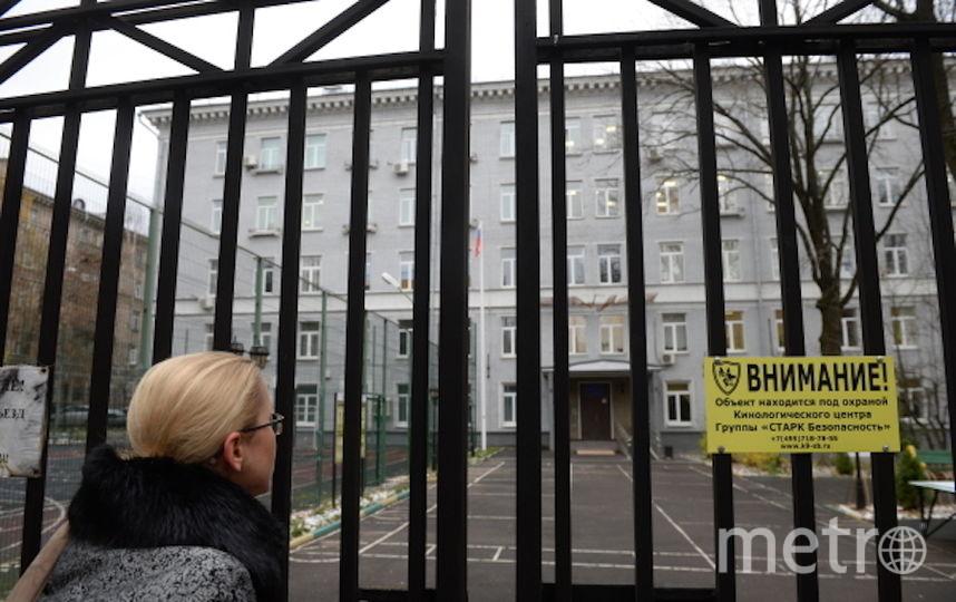 Девушка у здания политехнического колледжа №42 на Гвардейской улице в Москве, где были обнаружены тела преподавателя и учащегося. Фото РИА Новости