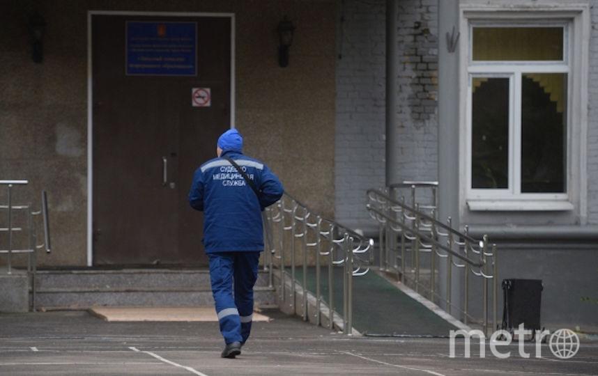 Сотрудник судебно-медицинской службы у здания политехнического колледжа №42 на Гвардейской улице в Москве, где были обнаружены тела преподавателя и учащегося. Фото РИА Новости
