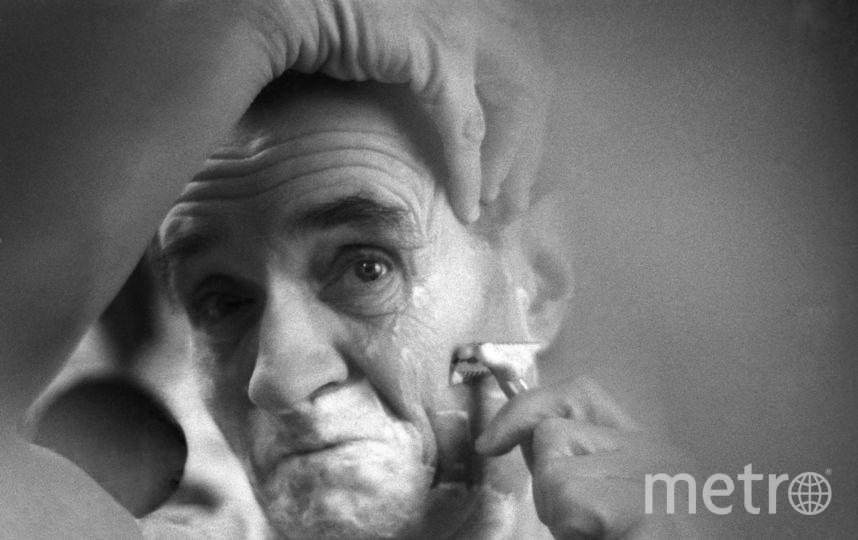 Актер Г. Милляр готовится к исполнению женской роли. Фото Валерия Генде-Роте / Фотохроника ТАСС