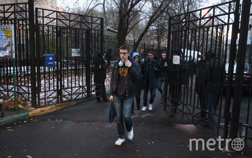 Студенты у ворот колледжа, где былы найдены два тела. Фото Василий Кузьмичёнок