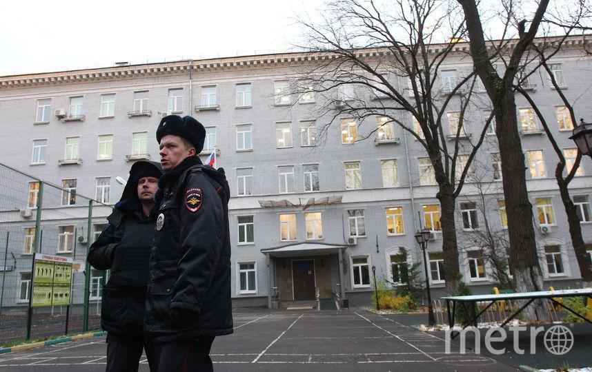 Полиция у здания колледжа, где нашли тела. Фото Василий Кузьмичёнок