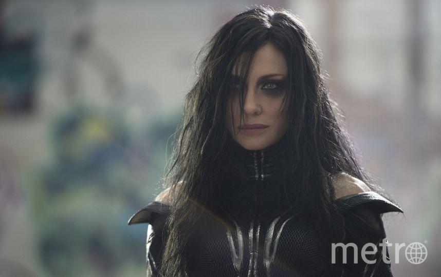 Кейт Бланшетт – новичок во вселенной MARVEL. Она понимает, что ей досталась роль примитивной злодейки – богини смерти Хелы, поэтому она играет её с иронической ухмылкой. Фото kinopoisk.ru