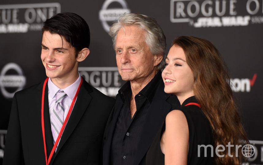 Майкл Дуглас с детьми Диланом и Карис. Фото Getty