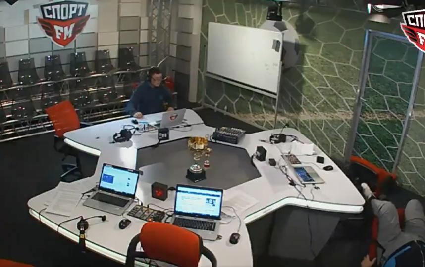 Василий Уткин упал со стула. Фото Скриншот Twitter @sport_fm