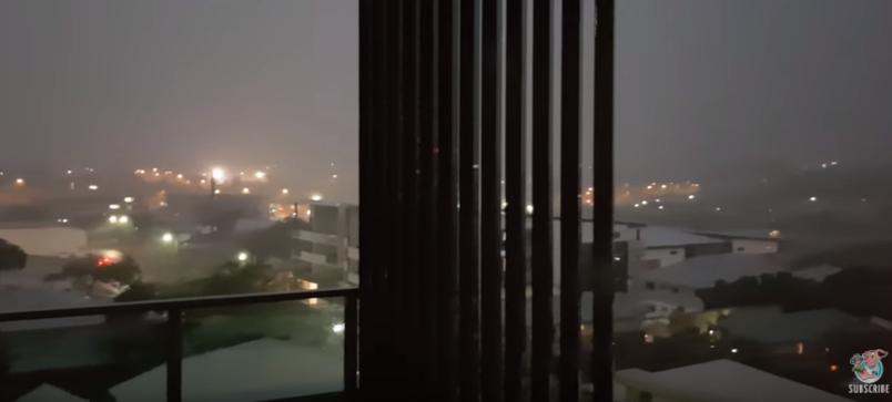 Мужчина снял на видео чуть не попавшую в него молнию. Фото Все - скриншот Youtubе
