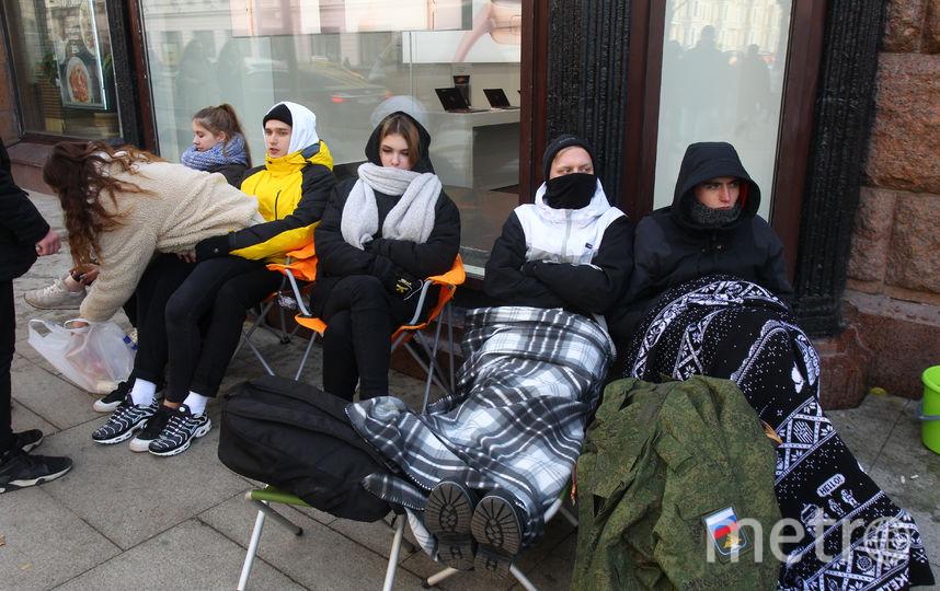 Люди в очереди за новыми iPhone. Фото Василий Кузьмичёнок