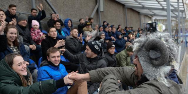 """Президент команды """"Эгриси"""" Василий Уткин с болельщиками."""