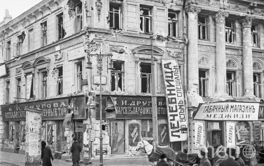 Этот дом у Никитских ворот пострадал во время вооружённого столкновения между красными и белыми в Кровавую неделю. Фото ТАСС | Архив.