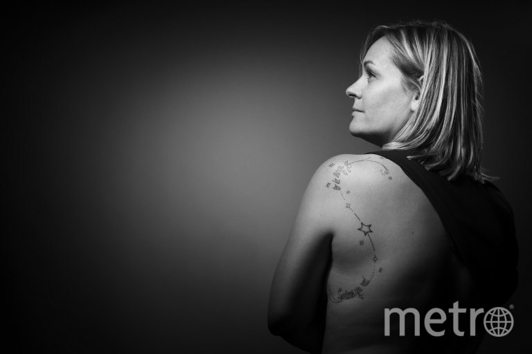 """Фанни, потерявшая своего парня во время теракта в """"Батаклане"""", и её татуировка со словами """"Иногда вам нужно... чтобы всё произошло"""". Фото AFP"""