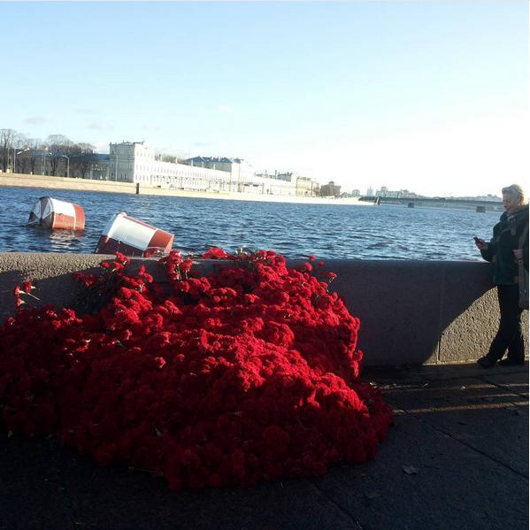 """К крейсеру """"Аврора"""" возложили тысячи гвоздик: Фото. Фото Скриншот Instagram: dreamwoman26"""