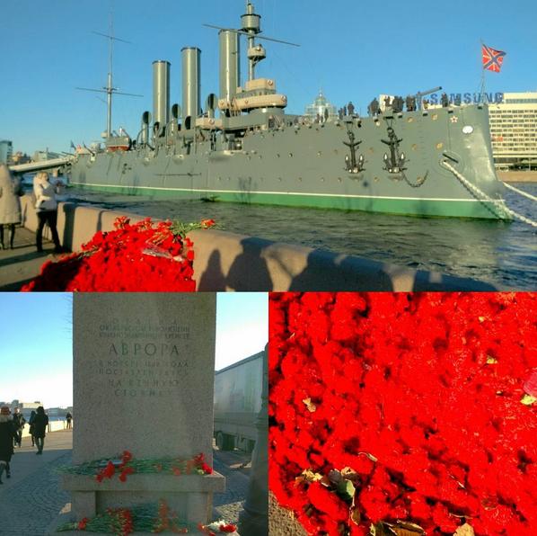 """К крейсеру """"Аврора"""" возложили тысячи гвоздик: Фото. Фото Скриншот Instagram: koulikovphoto"""