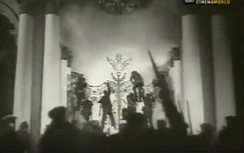 Представления о событиях 25–26 октября 1917 года в Зимнем дворце были во многом сформированы сценами, которые снял в своём знаменитом фильме «Октябрь» Сергей Эйзенштейн. Фото Кадр из фильма
