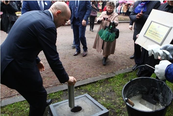 Заложенную в Невском районе капсулу потомкам предписано открыть через 50 лет. Фото nevnews.ru