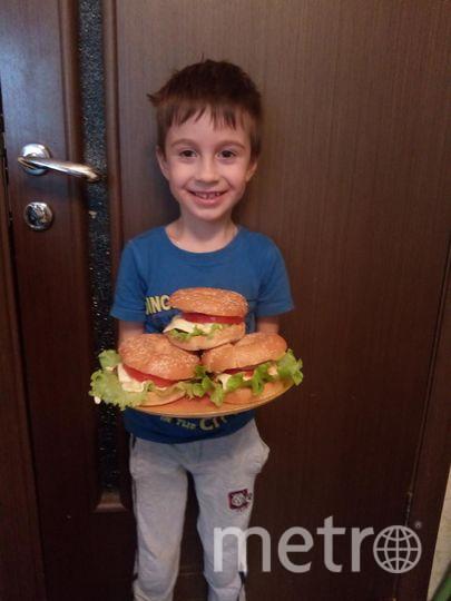 Ушаков Андрей Викторович. Название бутерброда назвал сын Максим: ПончикиБургеры.