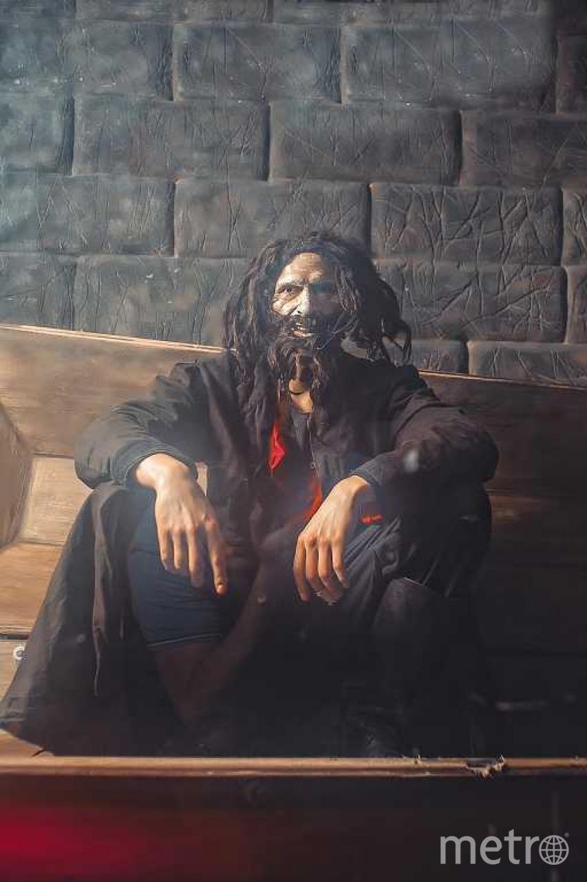 Актёр Дмитрий Ермаков в роли Распутина. Гроб для него не только декорация, но и место отдыха. Здесь он спит и пишет книги | все фото предоставлены музеем «Тайны Петербурга».