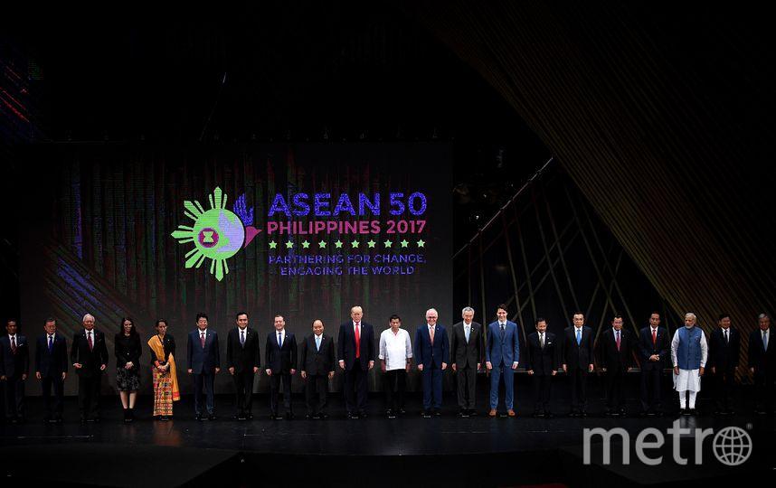 Традиционное рукопожатие АСЕАН. Фото AFP