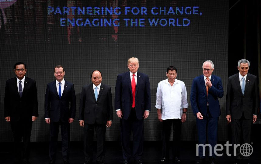 Юзеры  Сети высмеяли рукопожатие Дональда Трампа наоткрытии саммита АСЕАН