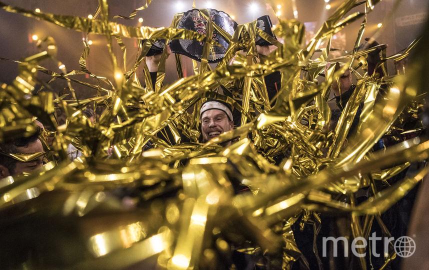 Победителя турнира – голландца Menno – буквально завалили золотыми лентами. Фото redbullcontentpool.com