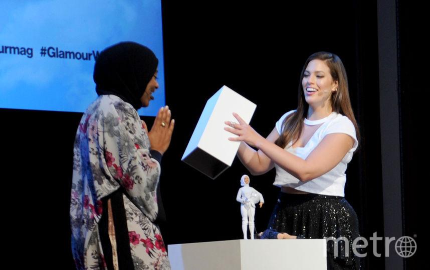 Ибтихадж Мухаммад и Эшли Грэм на презентации куклы. Фото Getty