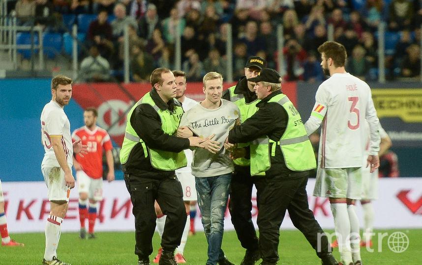 """Болельщик выбежал на поле, чтобы сделать фото с Пике. Фото Святослав Акимов, """"Metro"""""""