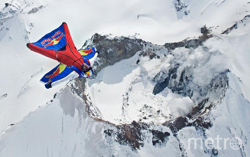 В 2009 году Валерий стал первым в мире, кто прыгнул в кратер действующего вулкана Мутновский на Камчатке. Фото redbullcontentpool.com | Joerg Mitter