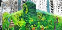 Ограду мусорных баков петербургские художники превратили в райский сад