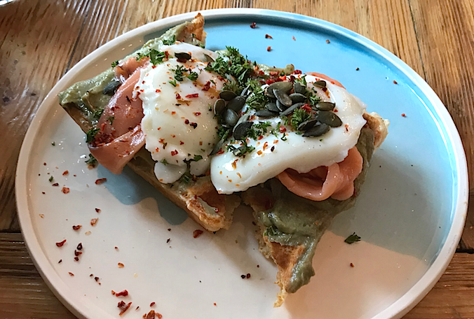 """Яйца пашот с авокадо и слабосолёным лососем на вафлях. Фото Индира Шестакова, """"Metro"""""""