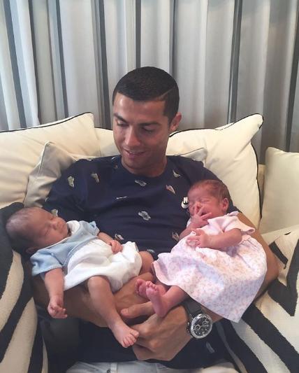 Криштиану Роналду с двойняшками Евой и Матео. Фото www.instagram.com/cristiano