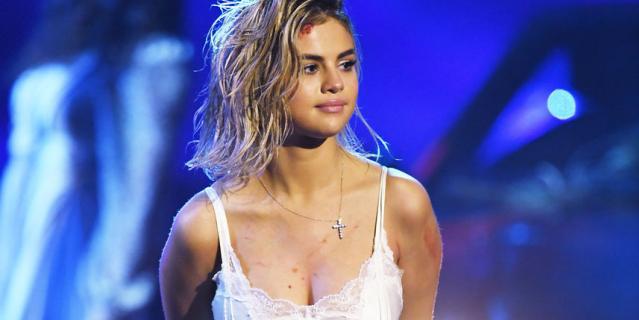 Селена Гомес спела на сцене шоу American Music Awards-2017.